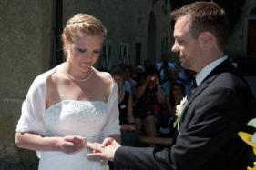 Hochzeitspaar mit Ringzeremonie