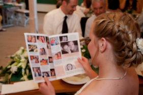 Braut liest Hochzeitszeitung