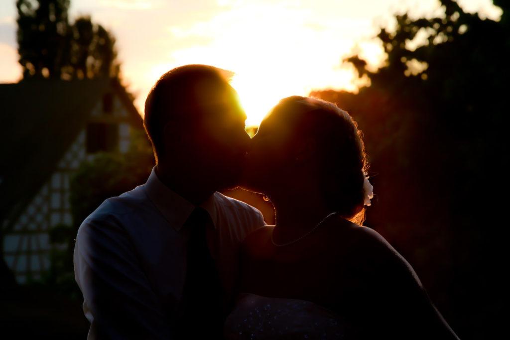 braut und bräutigam am Sonnenuntergang