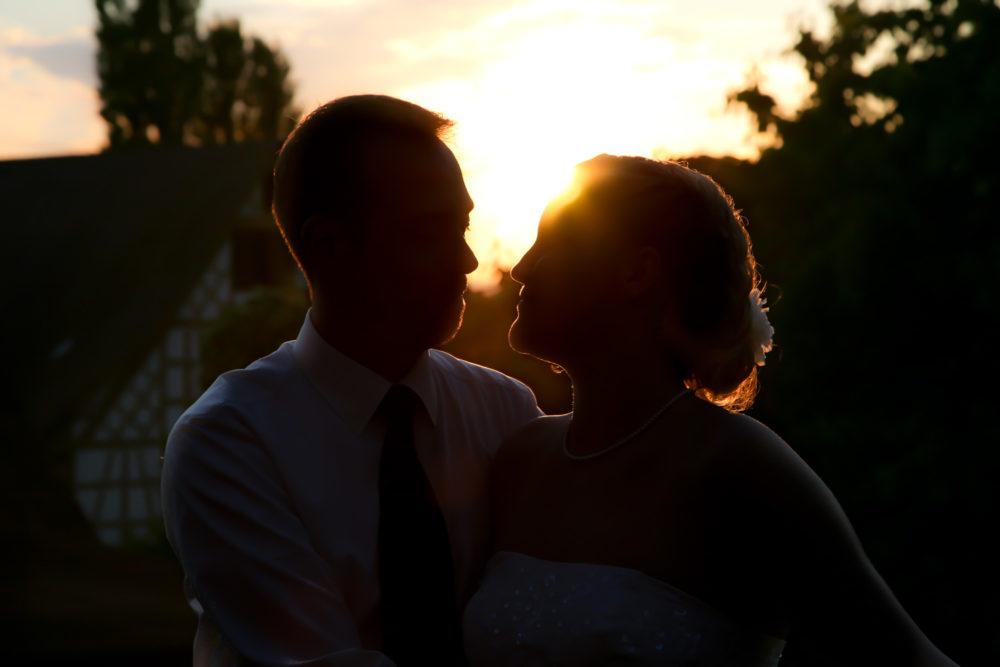 Hochzeitspaar am Sonnenuntergang