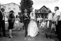 Vater führt die Braut zur Trauung