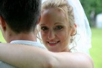Braut in Weiss mit Schleider