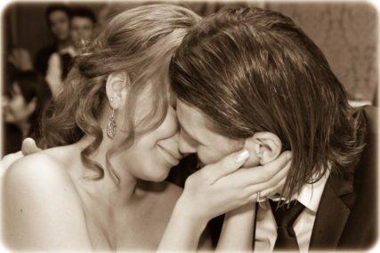 Zärtlicher Kuss nach Trauungszeremonie