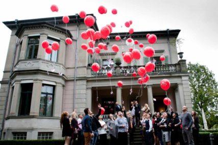 Ballone steigen lassen an Hochzeit
