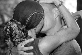 Umschlungener Kuss