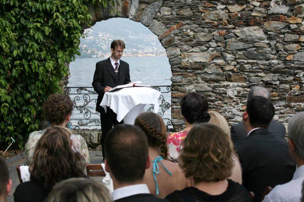 Pfarrer an der Hochzeitszeremonie