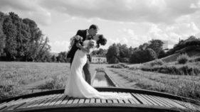 Inniger Hochzeitskuss, Brautpaarfotoshooting