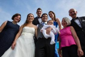 Hochzeitspaar mit Familie