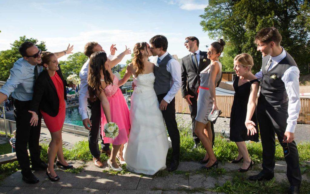 Hochzeitspaar mit Freunde Action Gruppenfoto