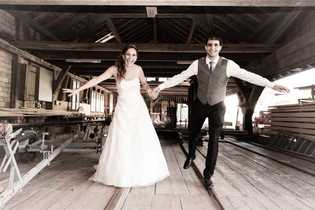Hochzeitspaar im Sägewerk
