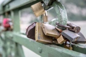 Liebesschlössern an der Freiheitsbrücke in Budapest