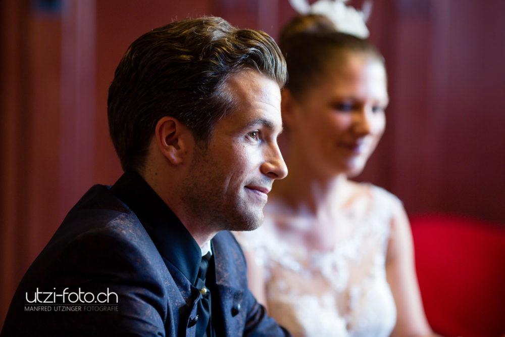 Bräutigam hört der Standesbeamtin zu